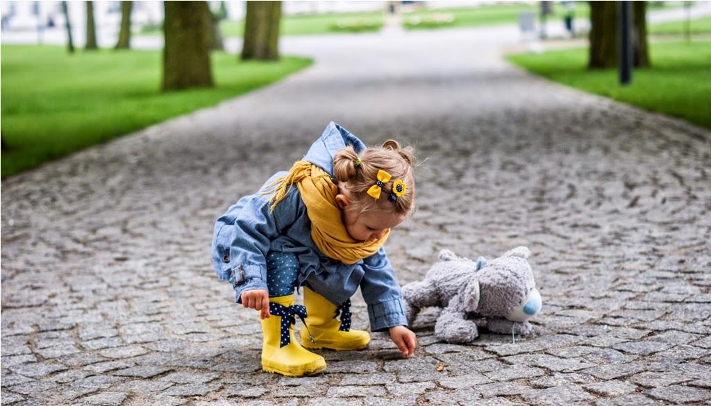 żółte kalosze, kalosze z kokardkami, kalosze next, pałac romantyczny turzno, płaszczyk zara, zara baby, wikilistka, moda dziecięca, blog moda dziecięca, dziecięce stylizacje