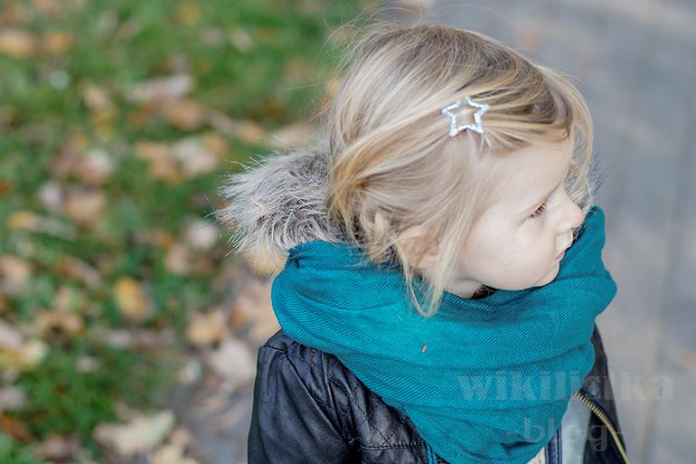 wikilistka, jesień, blog parentingowy, moda dziecięca, dziewczynka w liściach, morski, morski szalik, turkusowy