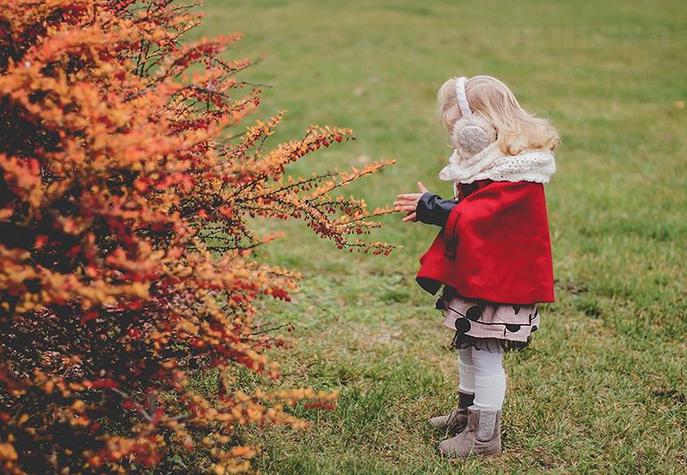 wikilistka, wikilistka.pl, wikilistka blog, fotografia dziecięca, moda dziecięca, modna dziewczynka, świąteczna stylizacja, czerwona pelerynka, ponczo, czerwone ponczo, gap, hm, h&m