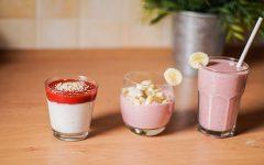 Jogurt owocowy - trzy szklanki, dwie z bananem wbitym do kantu