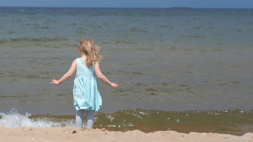 zara baby, dziewczynka nad morzem, sukienka w paski