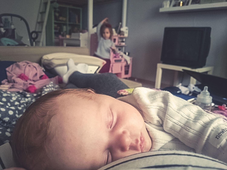 Dziecko śpi, z tyłu drugie bawi się. Pokój dziewczynek, pokój rodzeństwa, projekt 365.
