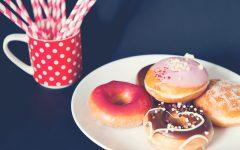 Pączki, donuty, słomki, kubek w groszki