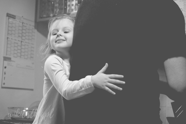 Tata, dziecko, zdjęcie czarnobiałe, noir