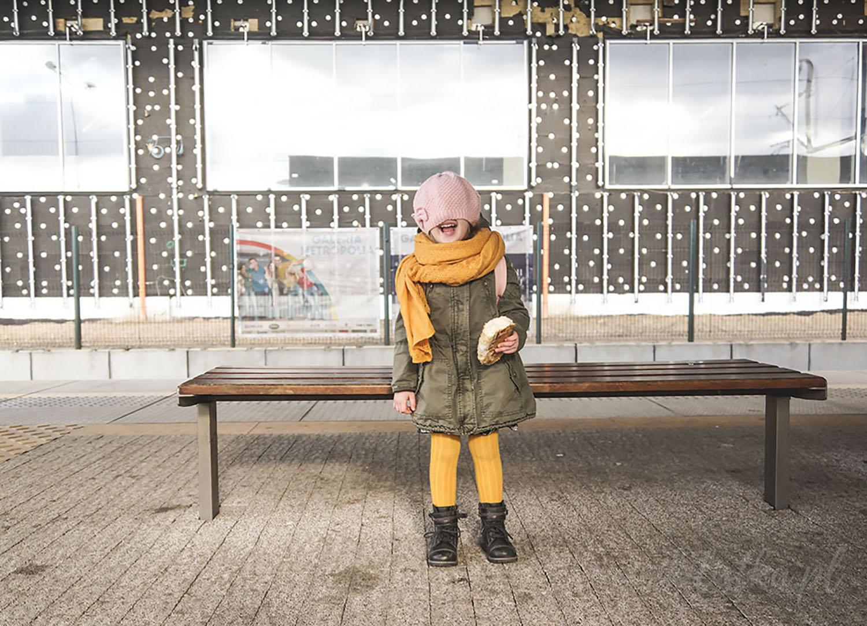 Projekt 365, dziecko, kurtka, szalik, żółte skarpety