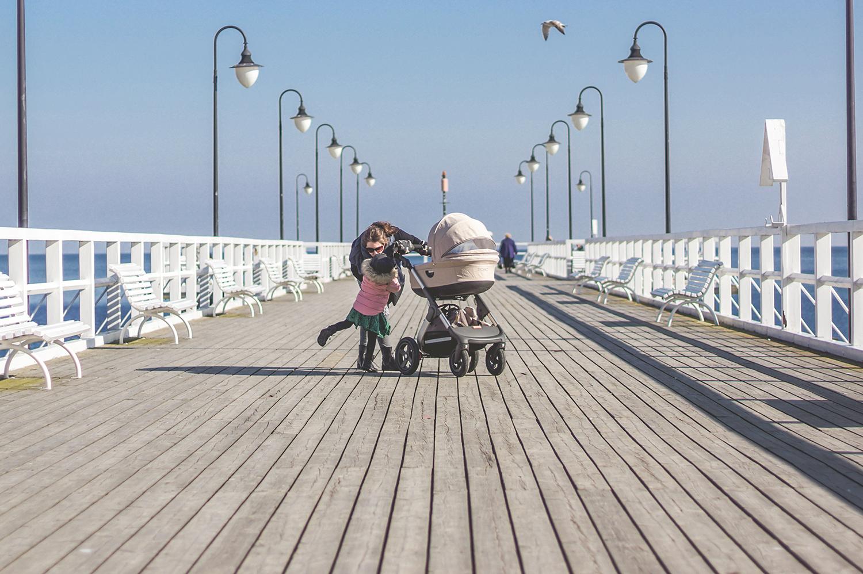 slow life, slow parenting, stokke trailz, orłowo, dziecko na molo, dziecko i morze, moda dziecięca