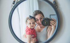 Mama z dzieckiem, lustro, dziecko