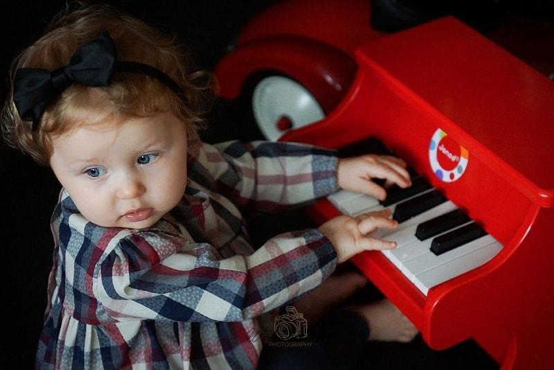 sesja świąteczna, dziecko, pianinko, dziecko przy pianinie, zdziwienie, blog parentingowy, blog moda dziecięca, moda dla dzieci, moda dziecięca