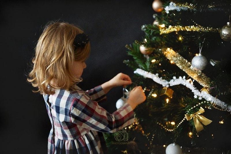 choinka, dekorowanie choinki, ubieranie choinki, dziecko, moda dziecięca