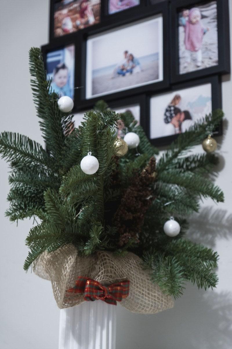 stroik świąteczny, DIY, bombki, szyszki, kokardka, siatka, doniczka