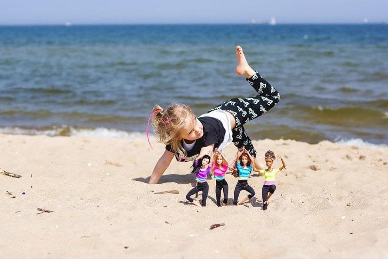 Barbie, Made to move, Reserved Kids, moda dziecięca, dziecko nad morzem, plaża