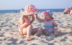 Gadżety na lato dzieci z kapeluszami