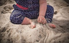 Dziecko, zabawa w piasku, oszczędzanie