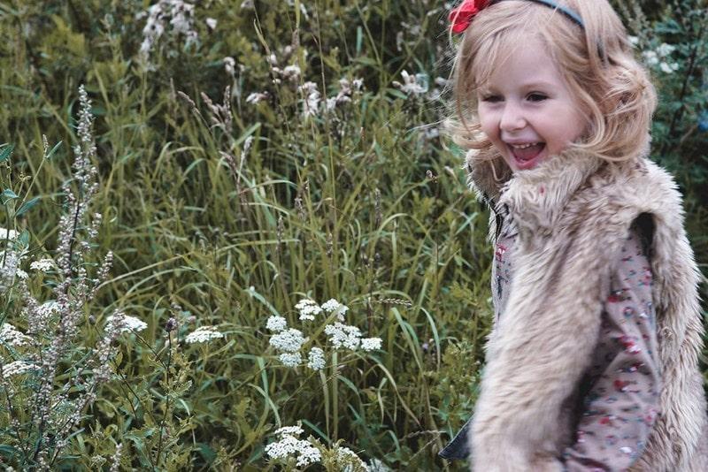 Łąka, kwiaty, uśmiechnięte dziecko