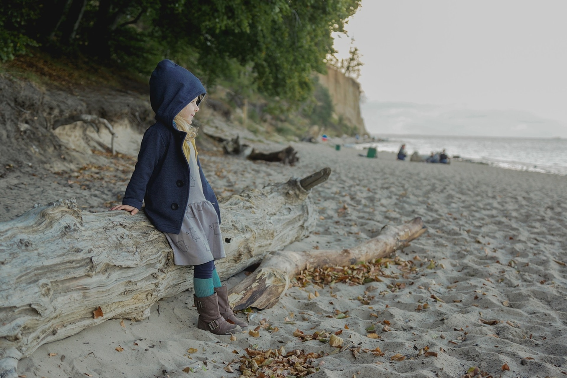 Jesień na plaży, dziecko, morze, szarość