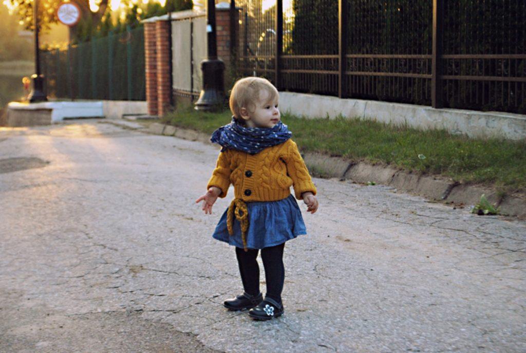 Jesienny outfit dla dziecka w kolorze musztardowo-niebieskim, NEXT jeans Ochre