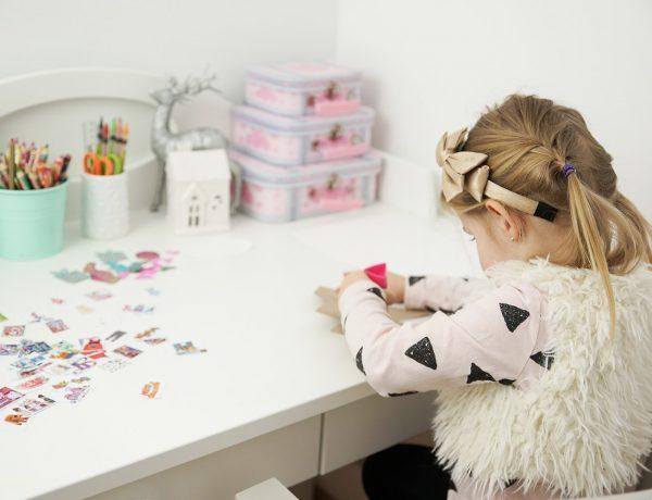 List do Mikołaja - dziecko układające coś, zasłaniające to rękami