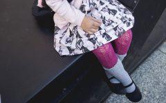Melancholia, dziecko, pantofelki, różowe rajstopy, skarpety, sukienka