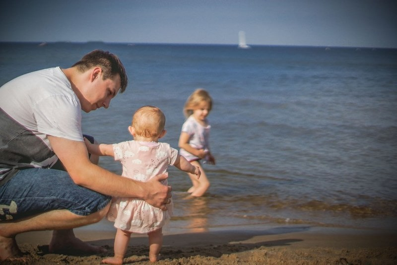 Sukienka na lato dla dziewczynki, dziecko, tata, plaża, nad morzem