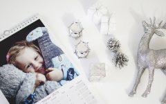 Oryginalny sposób dawania zdjęć, a przy nim szyszki i srebrne bębenki