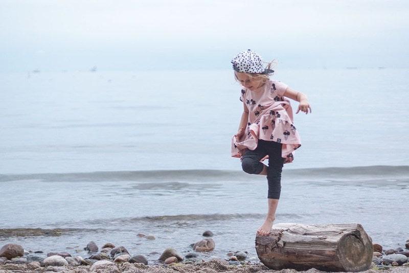 oszczędności, tanie ubrania, moda dziecięca, plaża, kłoda, dziecko