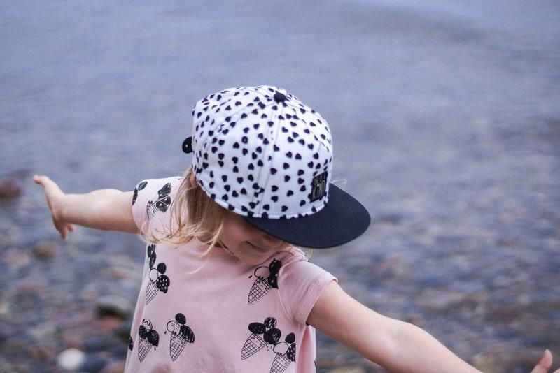 Moda dziecięca, tanie ubrania, koszulka, czapka