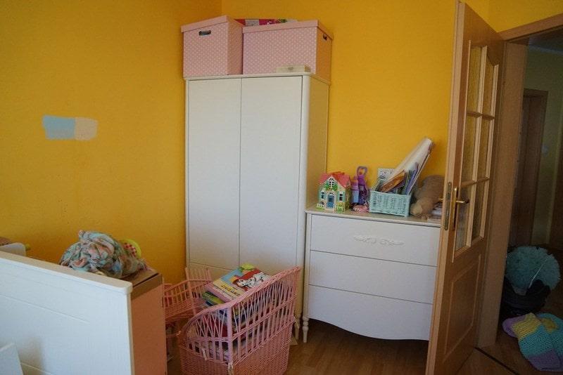 Pokój dla dziewczynki przed metamorfozą. Żółte ściany, białe meble.