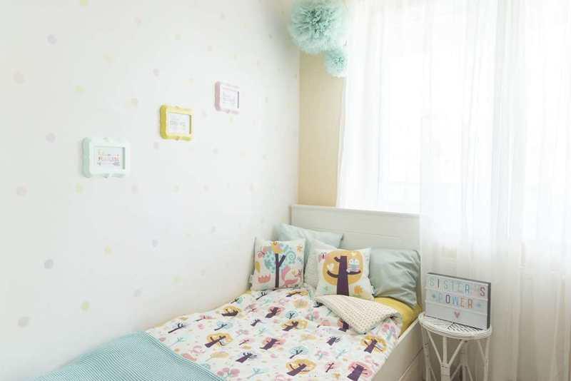 Pokój dla dziewczynki - kolorowe łóżko, obok darmowe obrazki w ramkach