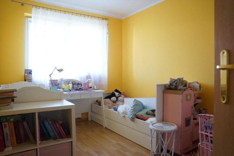 Żółty pokój dla dziewczynki przed metamorfozą