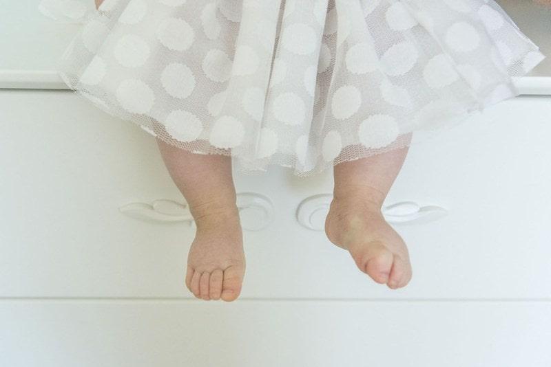 Dziewczynka, nogi dziewczynki, nogi dziecka, biała sukienka w grochy