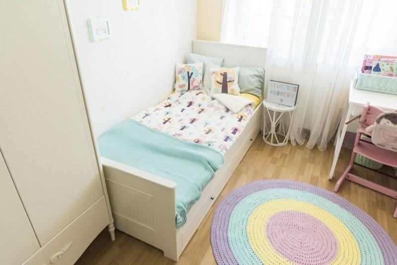 Łóżko, pokój dla dziewczynki, kolor tęczowy, miętowy