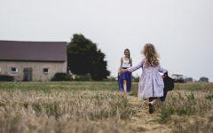 Wakacje z dzieckiem, wakacje, sukienki, wieś, pole, radość