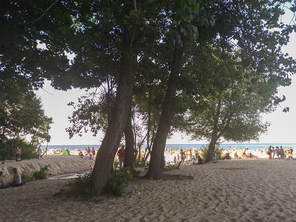 gdańsk jelitkowo, plaża dla dzieci, plaża gdańsk, gdańsk jelitkowo, dziewczynka w kapeluszu