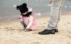 Ojciec i córka, zabawy, plaża