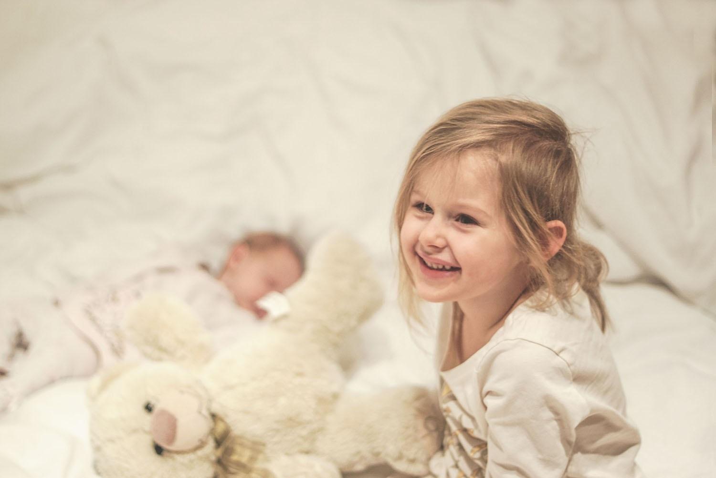 Dzieci, radość, szczęście, siostry, rodzeństwo, miś