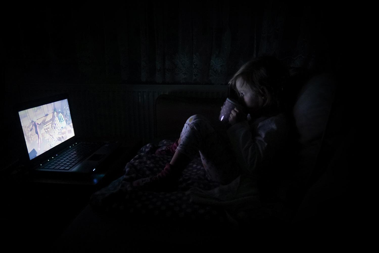 Laptop, film, kubek, nocne oglądanie filmów, dziecko