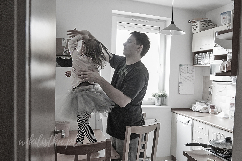 Projekt 365, dziecko, tata, taniec na stole
