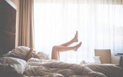 Targi Kids Time, dziecko tulące poduszkę na łóżku