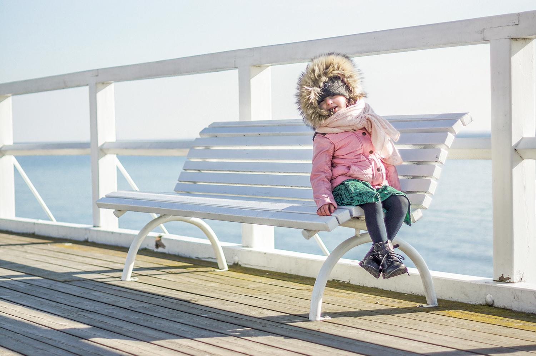 slow life, slow parenting, stokke trailz, dziecko na molo, dziecko i morze, moda dziecięca