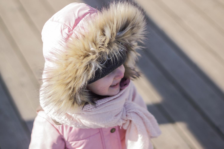 slow life, slow parenting, dziecko na molo, dziecko i morze, moda dziecięca