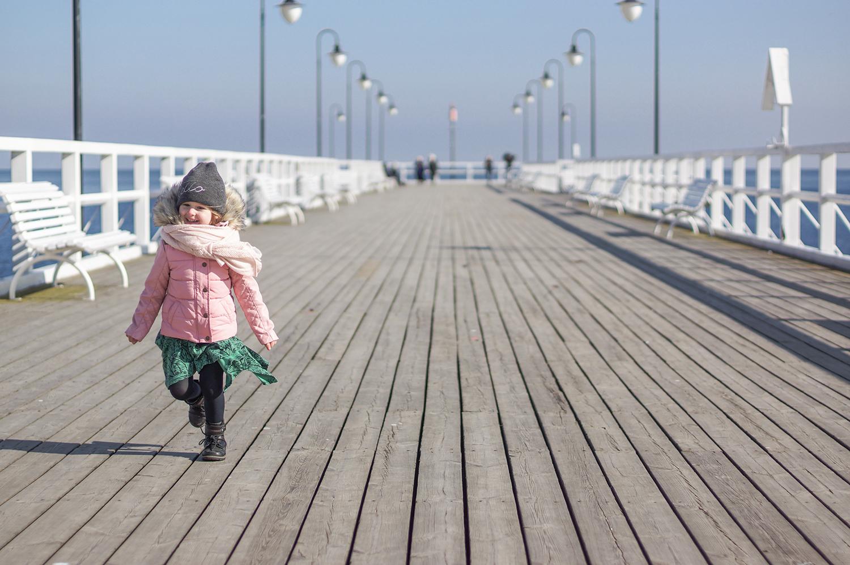 slow life, slow parenting, dziecko na molo, dziecko i morze