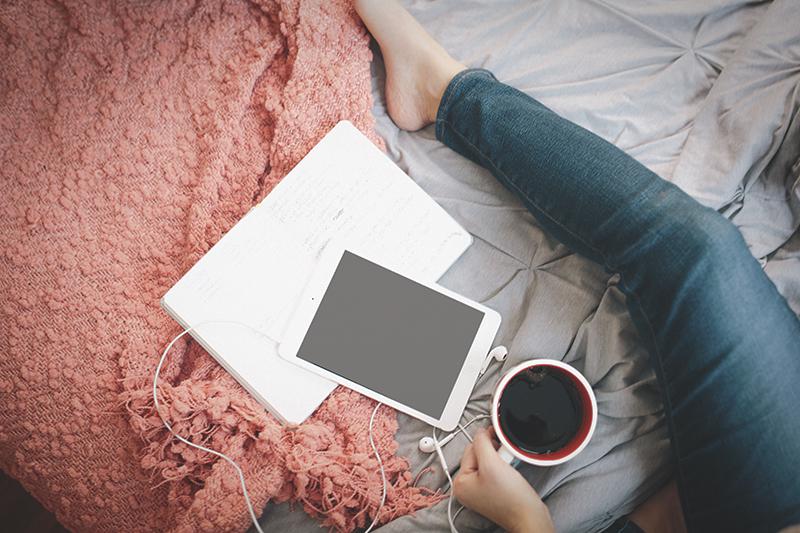 kobieta z tabletem, herbata, w łóżku, życiowe porządki, smart life, slow life