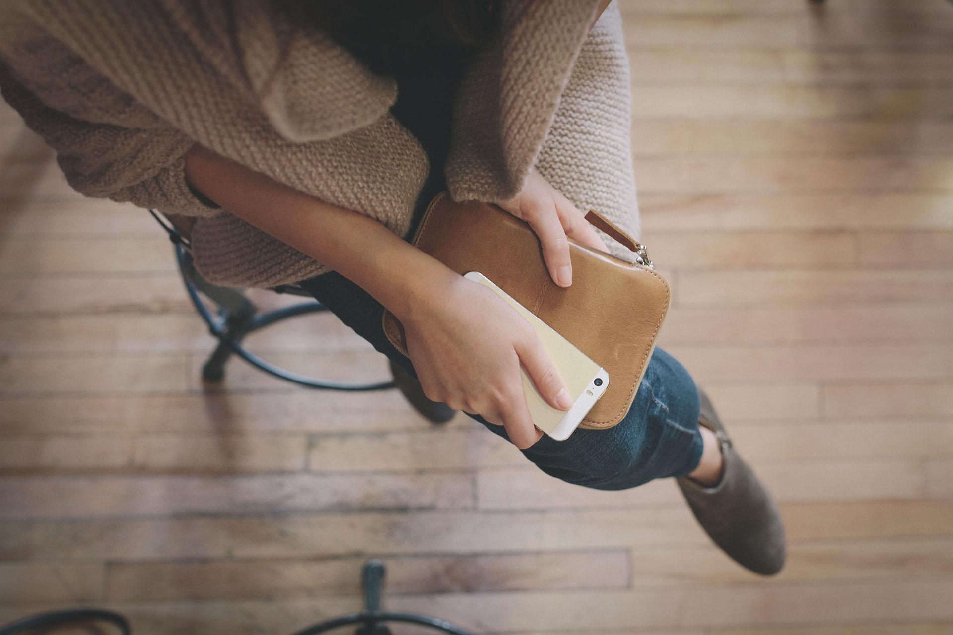 kobieta z telefonem, życiowe porządki, smart life, slow life