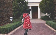 Dzień z życia świstaka, dziecko z czapką z uszkami, czerwona kurtka w groszki