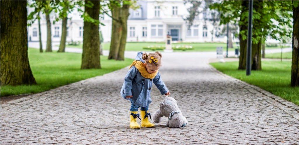 żółte kalosze, dziecko, jesienny outfit dla dziecka