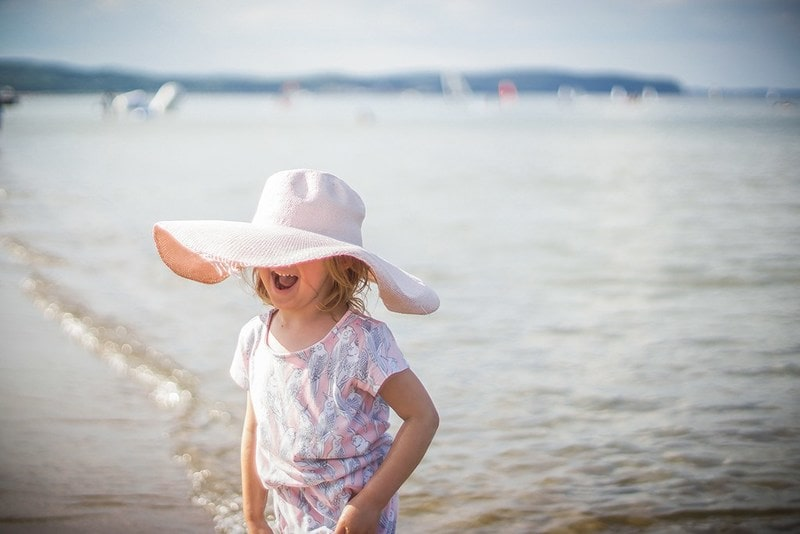 Projekt 365 morze dziecko z kapeluszem