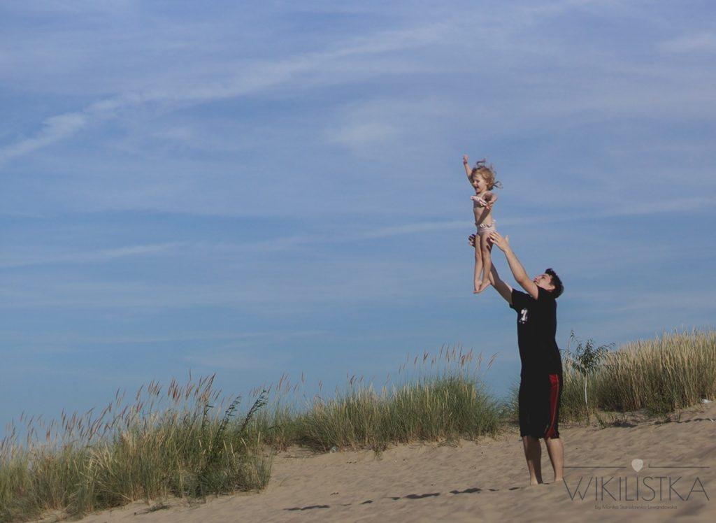 Rodzicielstwo bliskości, miłość, ojciec podrzucający dziecko, tata, dumny tata, szczęście, radość