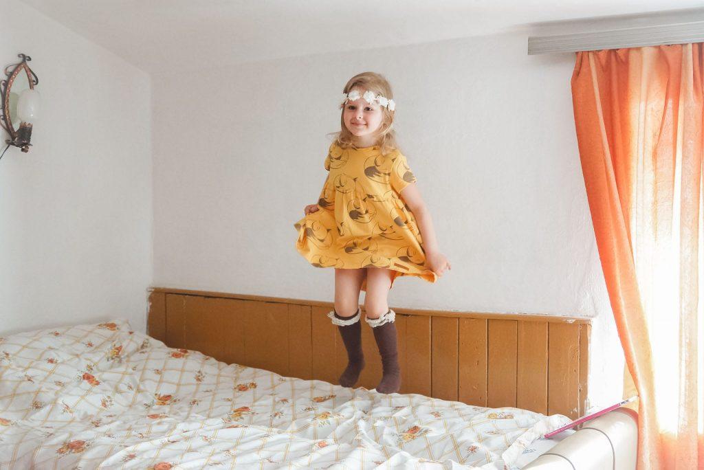 Zezulla sukienka, żółta sukienka, brązowe skarpety
