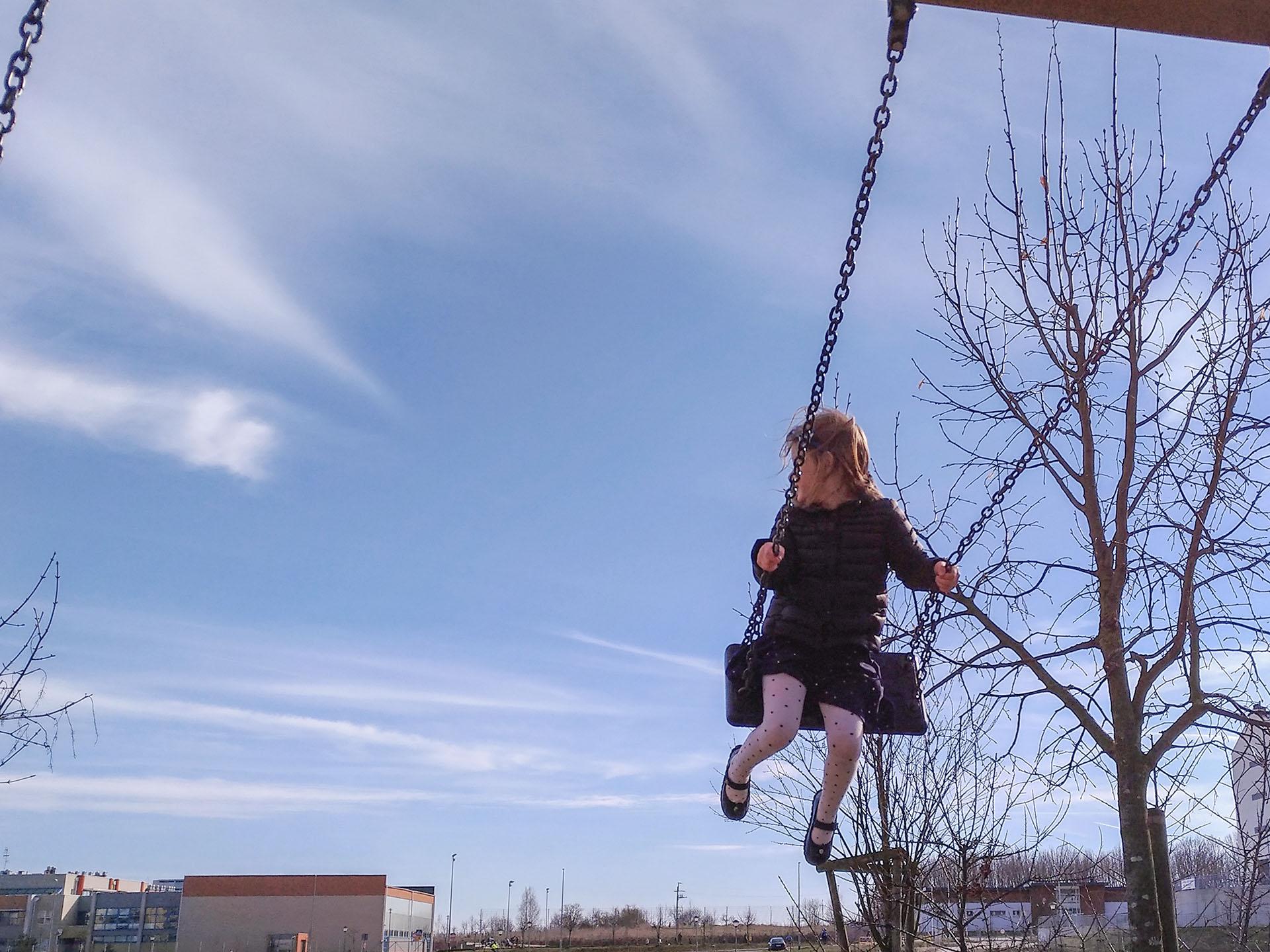 dziewczynka-na-huśtawce, przegrzewanie dzieci, hartowanie, odporność