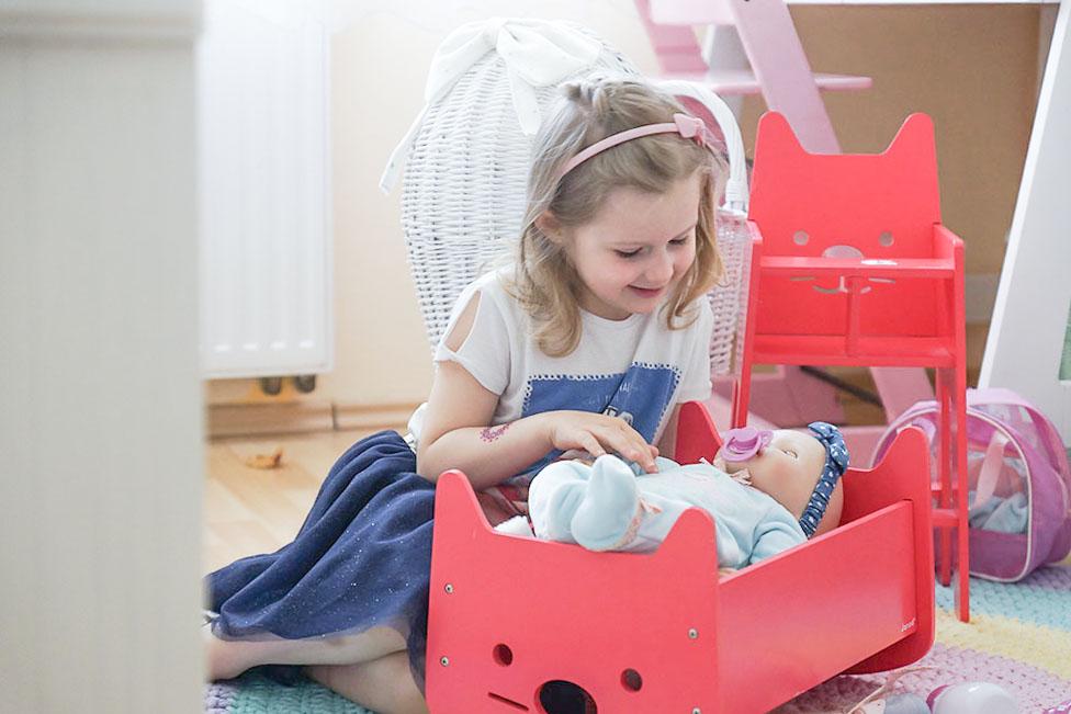 prezent na dzień dziecka, zabawki dla pięciolatki, janod, kołyska, krzesełko dla lalki, baby annabelle